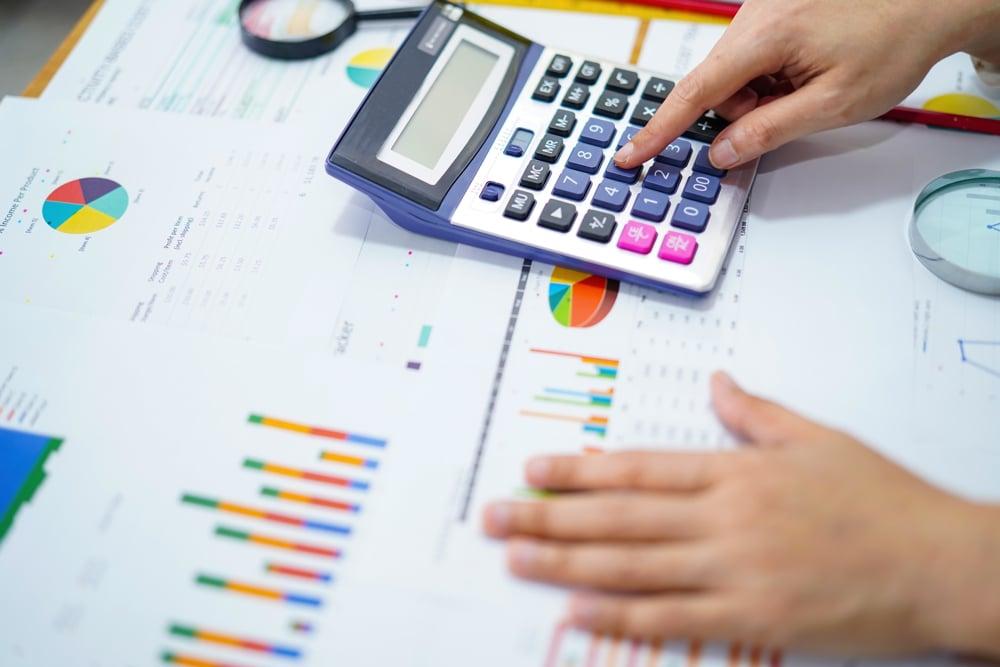 comptable faisant des calculs la comptabilité pour les nuls