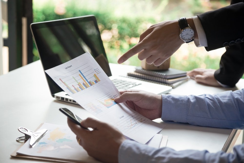 dirigeant discute avec son collègue les bases de la comptabilité