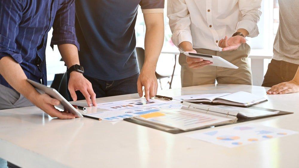 groupe de personnes analyse les données pour avoir une Bonne gestion et prise de décision