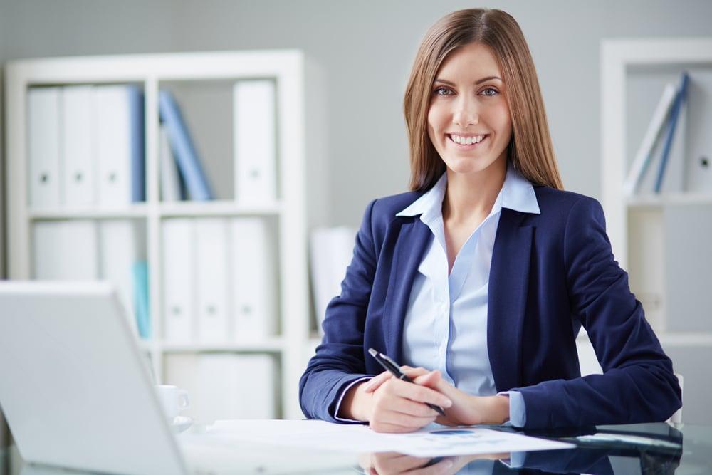 secretaire qui sourit notre formation vous garantie la réussite de votre carrière