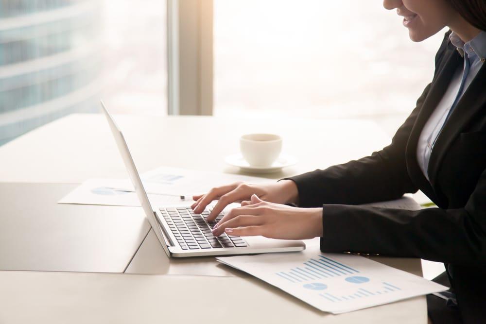 secritaire ecrit sur PC linformatique compétence clé pour devenir secrétaire