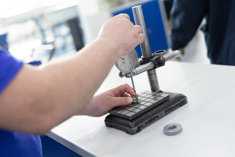 technicien effectue un controle de poste